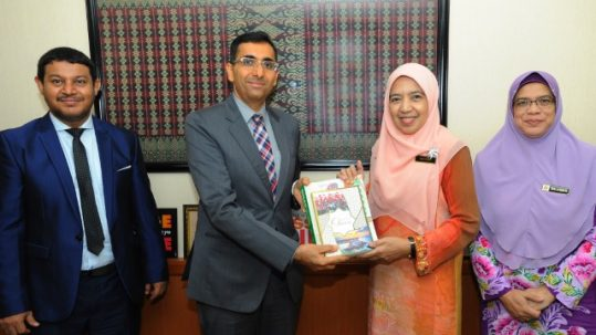 الملحق الثقافي يزور المكتبة الوطنية الماليزية